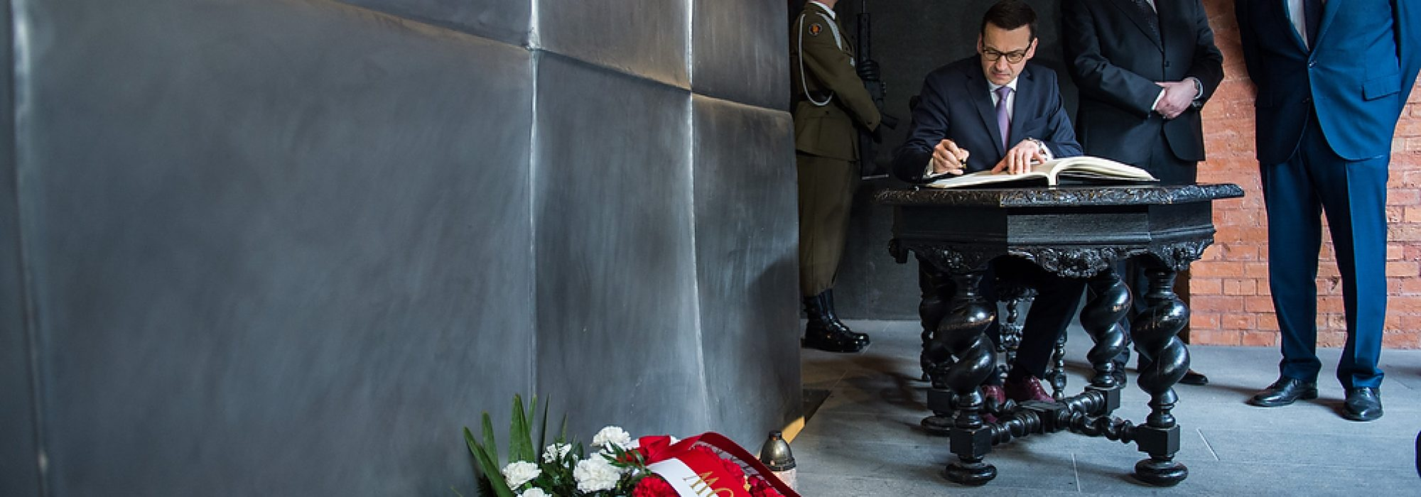 Warszawa | Premier Mateusz Morawiecki oddał hołd ofiarom zbrodni katyńskiej w Muzeum Katyńskim.