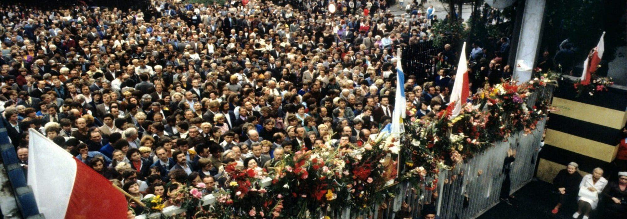 Stocznia im. Lenina, Gdansk, strajk, sierpien 1980. Koniec strajku 31.08.1980. Tłum przed brama stoczni ostatniego dnia strajku podczas mszy sw.  Gdansk, strike in Lenin Shipyard, August 1980. End of the strike, 31st August 1980. Crowd of onlookers outside the shipyard gate on final day of strike during Holy Mass.,Image: 428276677, License: Rights-managed, Restrictions: UWAGA!!! Cena minimalna dla publikacji w prasie i ksiazkach - 200 PLN xxxx, Model Release: no, Credit line: Chris Niedenthal / Forum